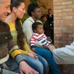 PAPA OPRAO NOGE ZATVORENICIMA: AFRIKANKA S DJETETOM U KRILU BRIZNULA U PLAČ