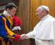 Papa Franjo pripremio sendvič gardistu na straži