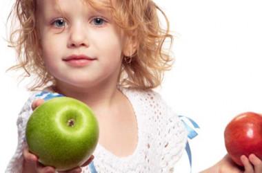 Djevojčica sa dvije jabuke