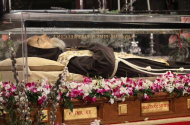 FOTO: Tijela sv. Padre Pia i sv. Leopolda Mandića dovedena u Rim