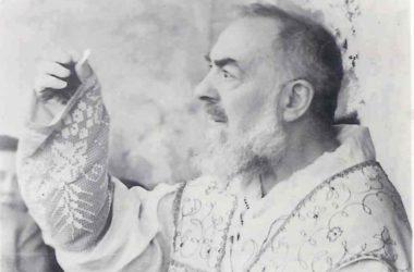 Kako je Padre Pio tijekom Svete mise ponudio svoj život za ozdravljenje malog Rockyja