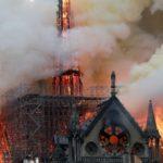 Tisuće ljudi na ulicama Pariza u tišini promatraju Notre-Dame u plamenu