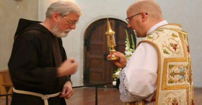 Njemački kapucini u Münchenu svakodnevno blagoslivljaju svijet s relikvijarom Sv. Antuna!