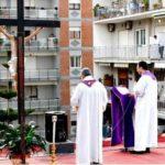 Misno slavlje na krovu župne crkve, a župljani na svojim balkonima!