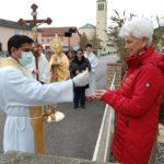 Njemački svećenici hodaju ulicama s Presvetim i župljanima podjeljuju pričest ispred kuća!